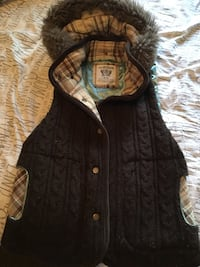 Urban heritage sweater vest. Has some pilling but great condition. Size medium. 2471 km