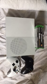 White Xbox One console with 2 controllers and games Mississauga, L4X