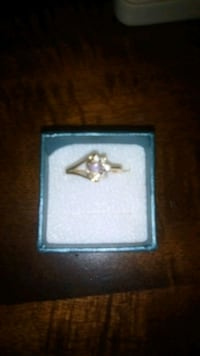 10kt ring with clouster  diamonds.... make a offer Toronto, M5B 2P2