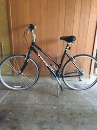 "21.5"" Black and gray Trek rigid bike"