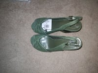 pair of dark green leather peep-toe heeled Calgary, T3K