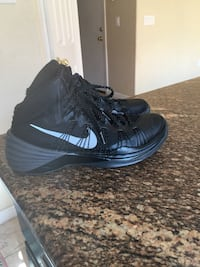 Pair of black nike basketball shoes size is 7.5