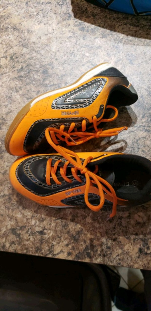 Indoor soccer shoes size 5 worn once 562a7786-aaf0-4b88-a1e2-58e31557987b