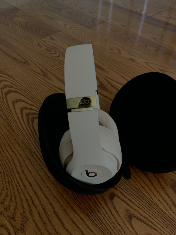 Beats studio 3, brand new 2