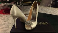 Brand new white badgley mischka heels Surrey, V4N 4S9