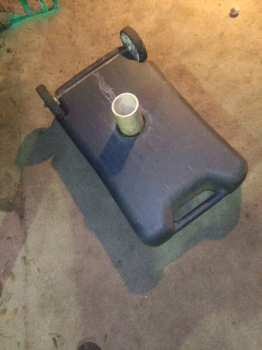 Photo Portable septic. 12 gallon pollutant on wheels for RV campers and any