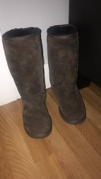Size 6 ugg almost new  Tacoma, 98445