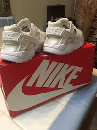 Pair of white nike huarache shoes with box Atwater, 95301