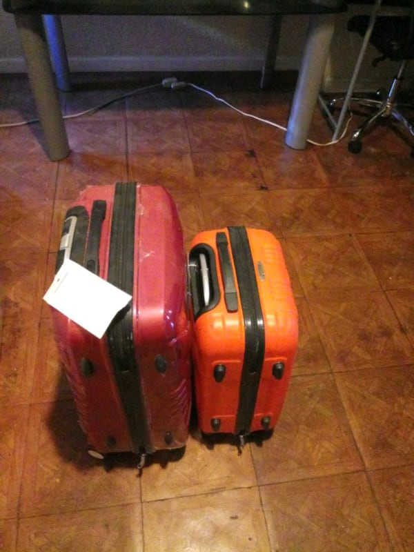 One small and one large suite case 54ac262b-7db8-466d-b7f2-b2891e7676cc