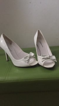 White heals size 7 1/2 Mississauga, L5A 3Y3