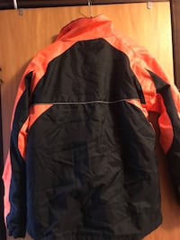 svart och orange zip-up jacka 6386 km