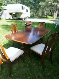 Dining Table 6 chairs extra leaves good shape Jaffray, V0B 1T0