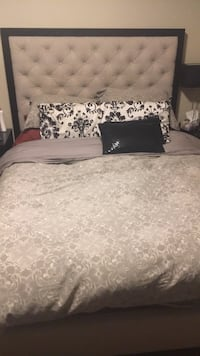 Queen upholstered bed  Richmond Hill, L4C 8Z2