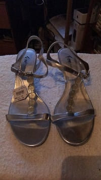 Pair of Silver leather open-toe ankle strap he New York, 10460