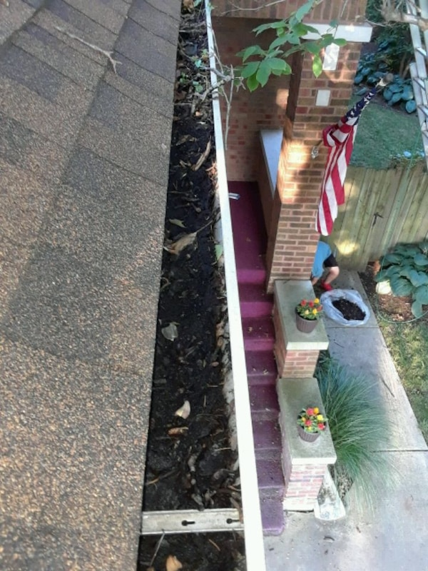 Gutter cleaning and repair 64d6a8f5-cbdb-4558-86b3-c32ebd5af77c