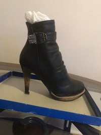 Unpaired black leather side-zip boot new New York, 11230