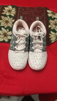 pair of white Nike Air Force 1 low shoes Mission, V2V 5C3