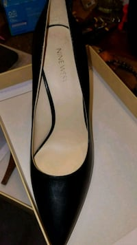black and gray leather pointed-toe pumps 21 km