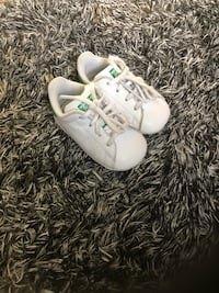 Pair of white nike low-top sneakers Surrey, V4N