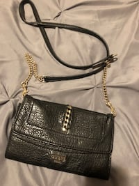 Guess cross over purse.
