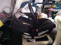 Black snug ride baby carseat and comes with base Red Lion, 17356