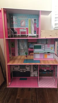 Pink and white doll house Woodbridge, 22193