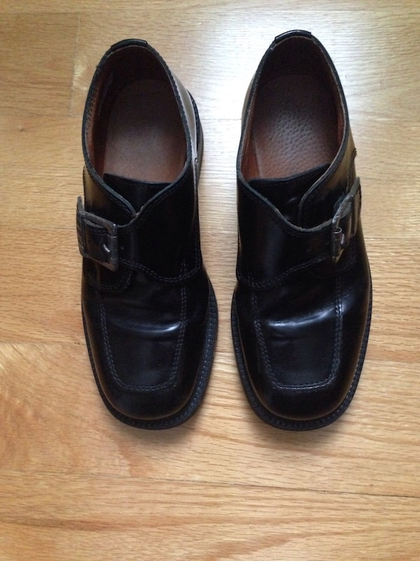 Boys size 33 black dress shoes which is Size US 2 or Size UK 1. 22d7149a-9fa7-4d33-bcf9-9620f08ed081