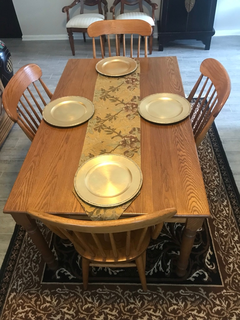 Photo Beautiful oak dining table & chairs 3'x5' Shines like new!