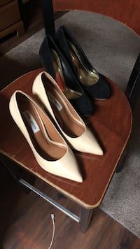 pair of white leather pointed-toe pumps Port Huron, 48060
