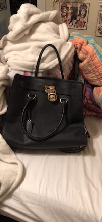 Michael Kors purse in almost new condition. Richmond, 23227