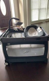 Chicco all in one bassinet playpen great condition  Lawrenceville, 30045