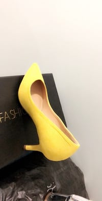 Pair of yellow pointed-toe pumps, size 6.5 very new and not use and still package the way it came  Toronto, M3J 3P2