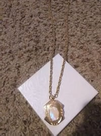 gold chain necklace with gold pendant