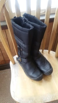 pair of black leather boots London, N6G 2C3