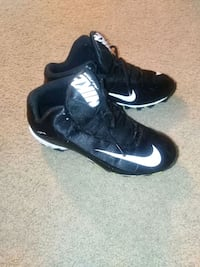 Foot ball shoe size 6 boys only wore 1 time