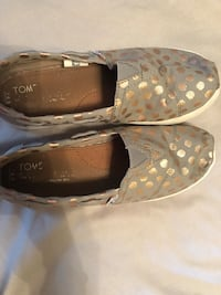 Toms youth 4.5 similar to women's 7.5 Windsor, N8W 2J3