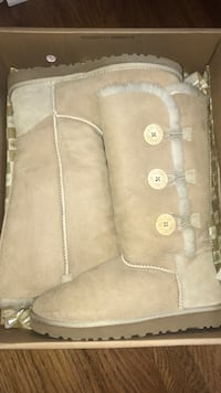 IN ORIGINAL PACKAGING, UGG Boots Size 8 in Sand Troy, 62294