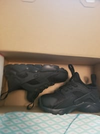 pair of black Nike Huarache with box null