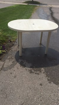 Round resin white patio table Bowmanville, L1C 4Z1