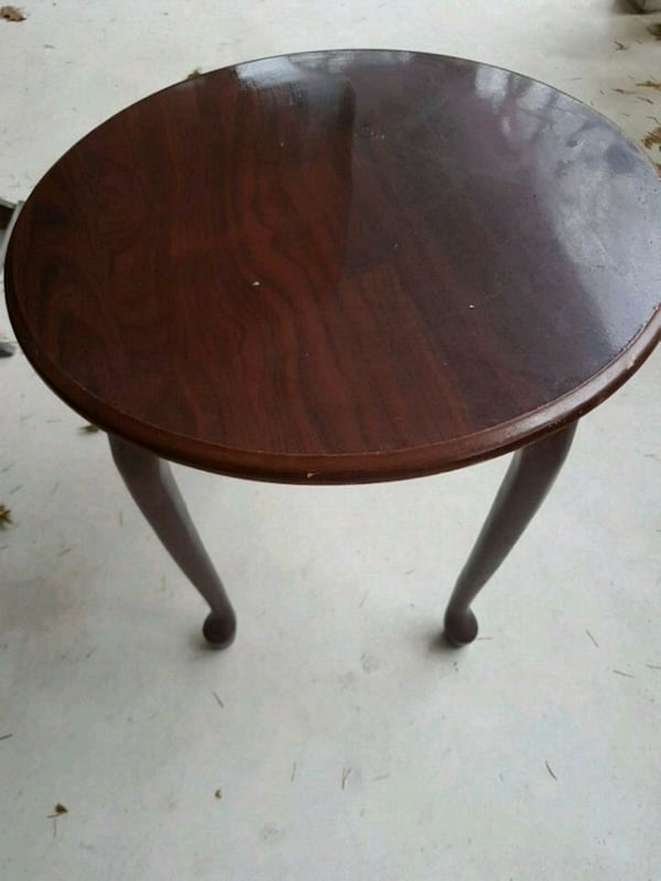 Round wooden side table 85cbc4dc-398b-40a3-9eb3-69ce3b99243c