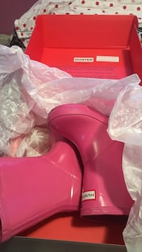 pair of pink hunter rain boots with box New York, 11433