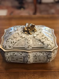 Vintage Maitland Smith Hand Painted Jade Green & White Porcelain Trinket Box - Excellent Condition El Paso, 79936