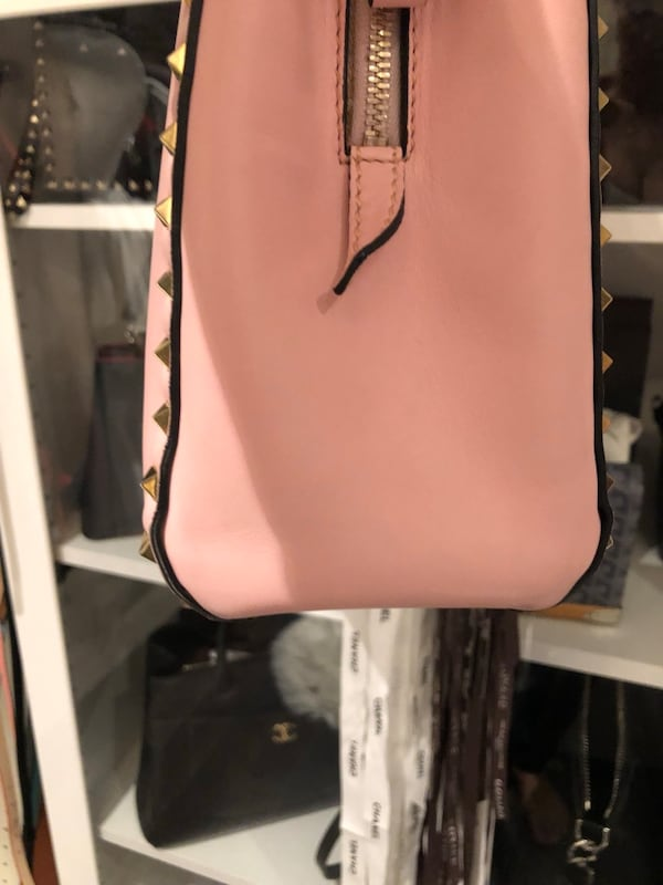 Authentic Valentino purse good condition comes with dust bag  713eaf88-d328-4fb6-876f-ba84b9e897ce