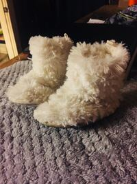 Infant soft fuzzy boots Columbia, 38401