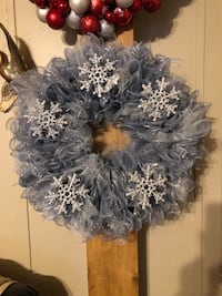 gray and white floral wreath 276 mi