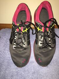 womens under armour sneakers size 11. contact me to workout a decent price. not asking more than $15 Lincoln