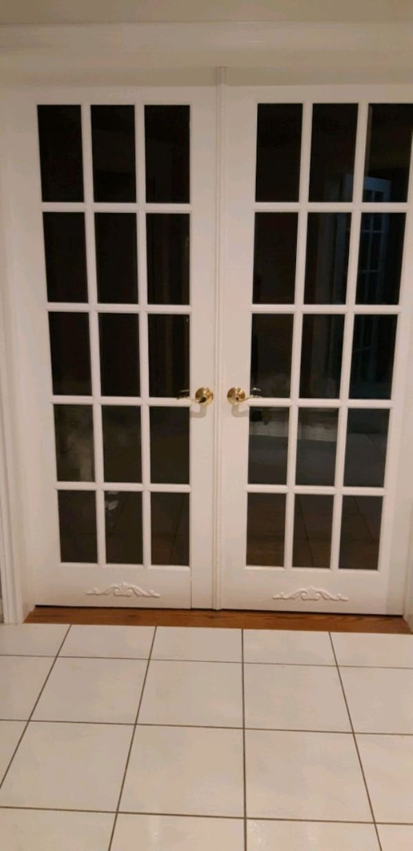 Interior doors with handles a7251221-afb0-441e-af72-ef6289589b40