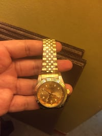 round gold analog watch with gold link bracelet New York, 10030