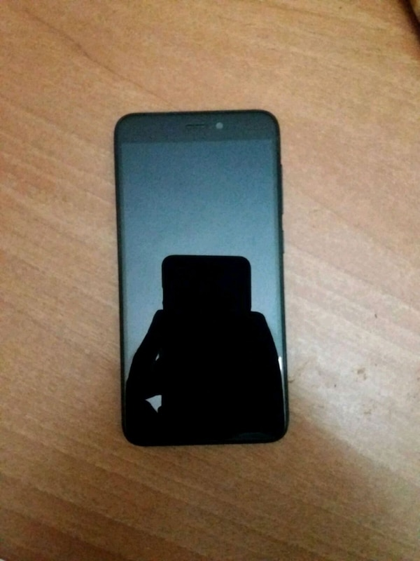 iPhone 7 nero con custodia