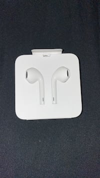 Earpods with lightning attachment never used   Brampton, L6Z 3E5